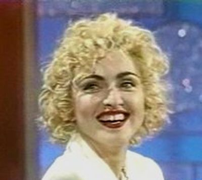 Kaş rengimizi saç rengimize uygun seçmeliyiz, aksi takdirde komik durumlara düşebiliriz. Bir zamanlar sarı saçlarıyla siyah kaş kullanan Madonna, tarihin tozlu sayfalarına gömüldü bile..